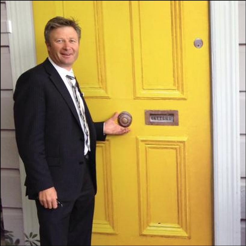 Hiding behind a yellow door wasn't enough for the yellow bellied Martin Honey and his 'Ray White' minders